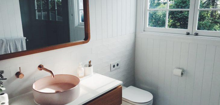 Viele mögen ein warmes Badezimmer, wenn sie morgens unter die Dusche gehen. Gerade Räume mit Fußbodenheizung oder starken Wärmeverlusten sollten mit dieser nicht-trägen, leistungsstarken Wärmequelle kombiniert werden. Infrarot-Spiegel beschlagen nicht und verbreiten eine angenehme Wärme – insbesondere, wenn man davorsteht. Das mag nicht nach Smart Home klingen, aber slic ist es in jedem Fall!